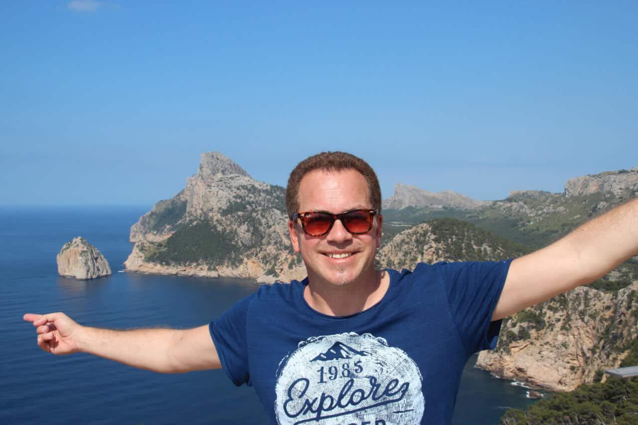 Oliver Heinrich vor den Felsen auf Mallorca