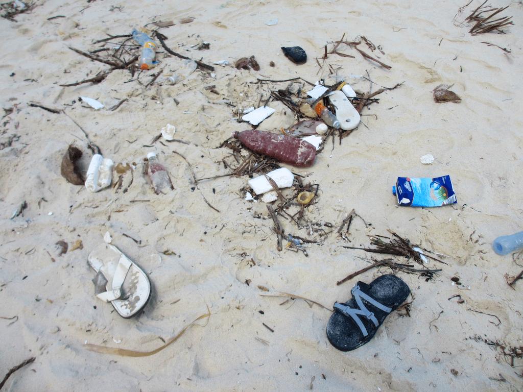 Müll auf einem Sandstrand