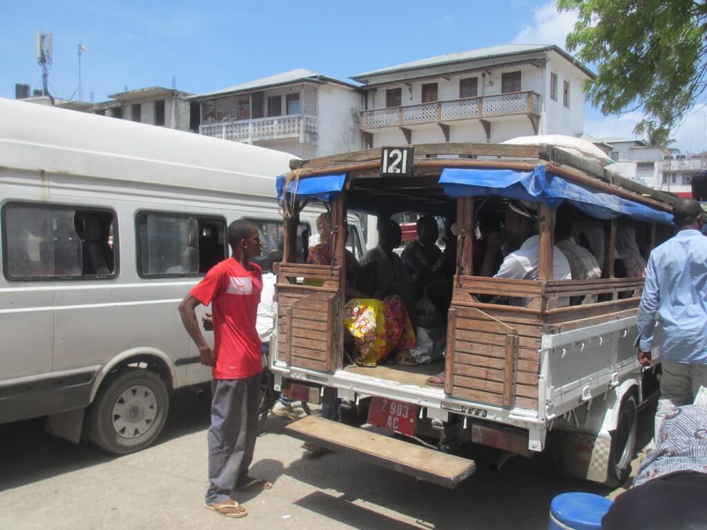 Unterwegs im Dalla-Dalla – günstig reisen mit dem Huhn auf dem Schoß