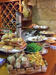 Große Tapas-Auswahl in den Bars von San Sebastian