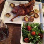 Ente und Salat auf Teller