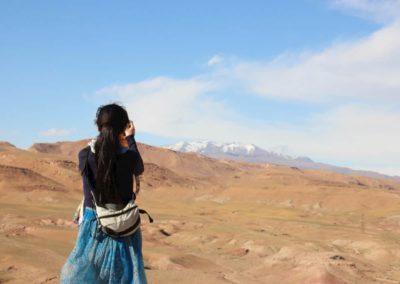 Frau schießt Foto vom Atlas Gebirge