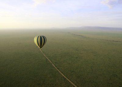 Der Heißluftballon schwebt über die Serengeti