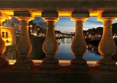 Nächtlicher Blick auf den Fluß Liffey in Dublin