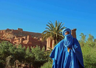 Einwohner in blauer Tracht in Aït-Ben-Haddou