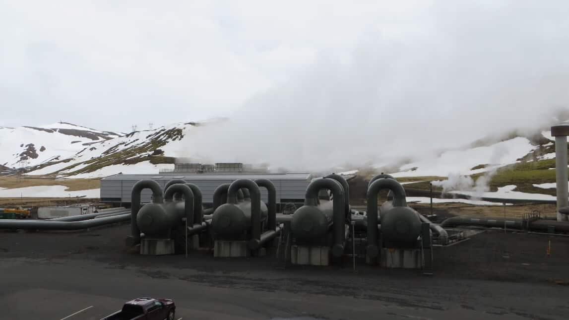 Maschine vor schneebedecktem Hintergrund mit Dampf