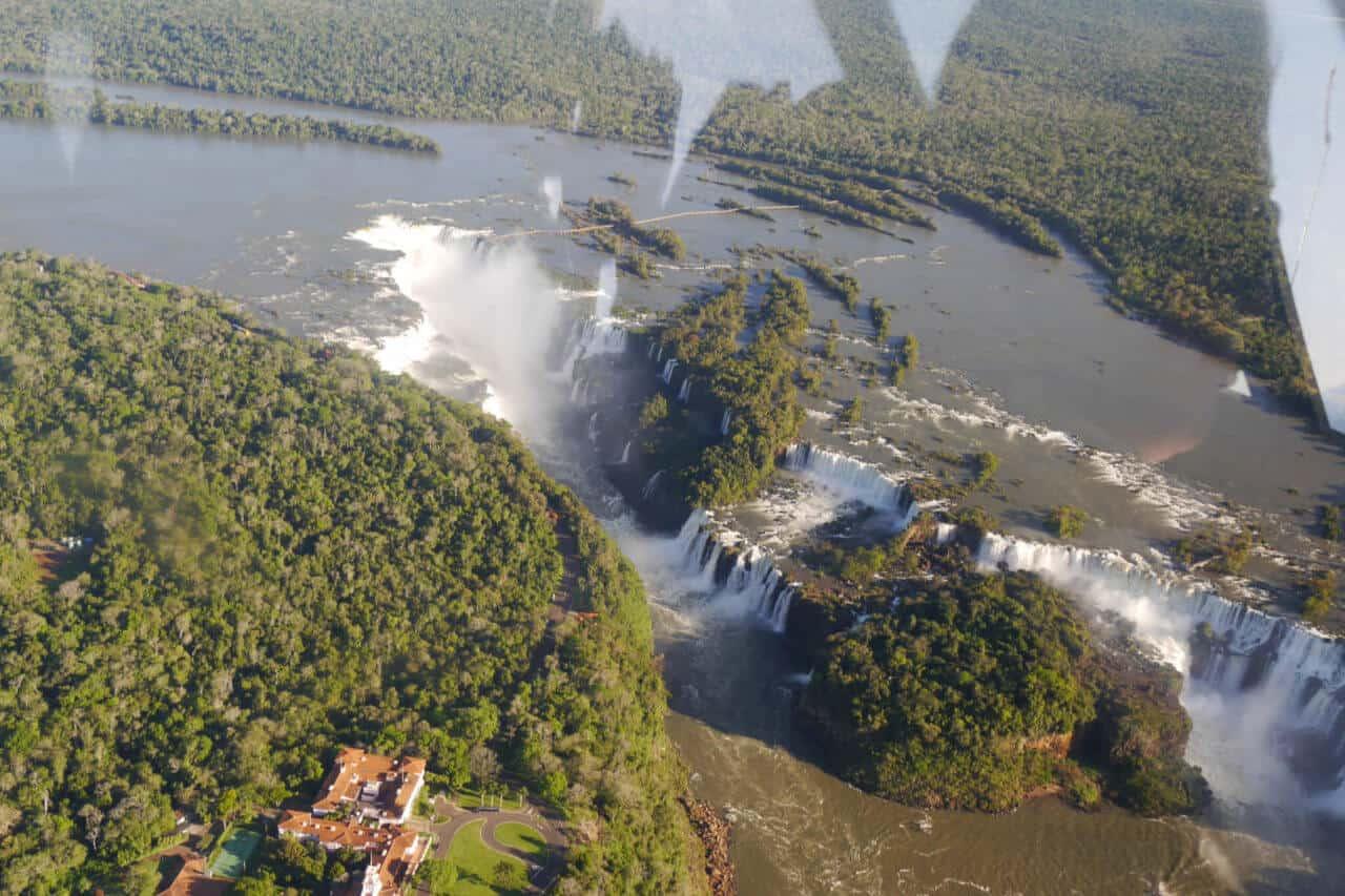 Wasserfall und Felsen