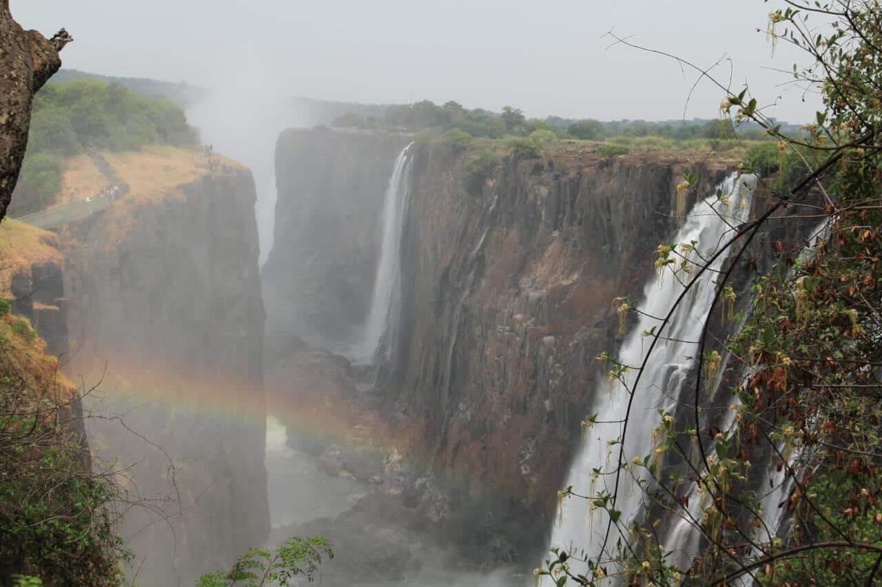 Wasserfall und Gebirge
