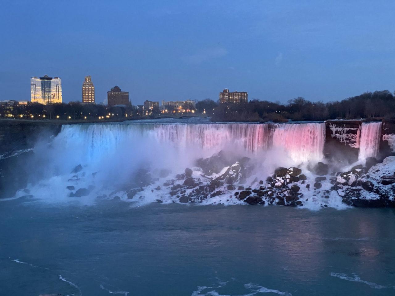 Beleuchtete Wasserfälle