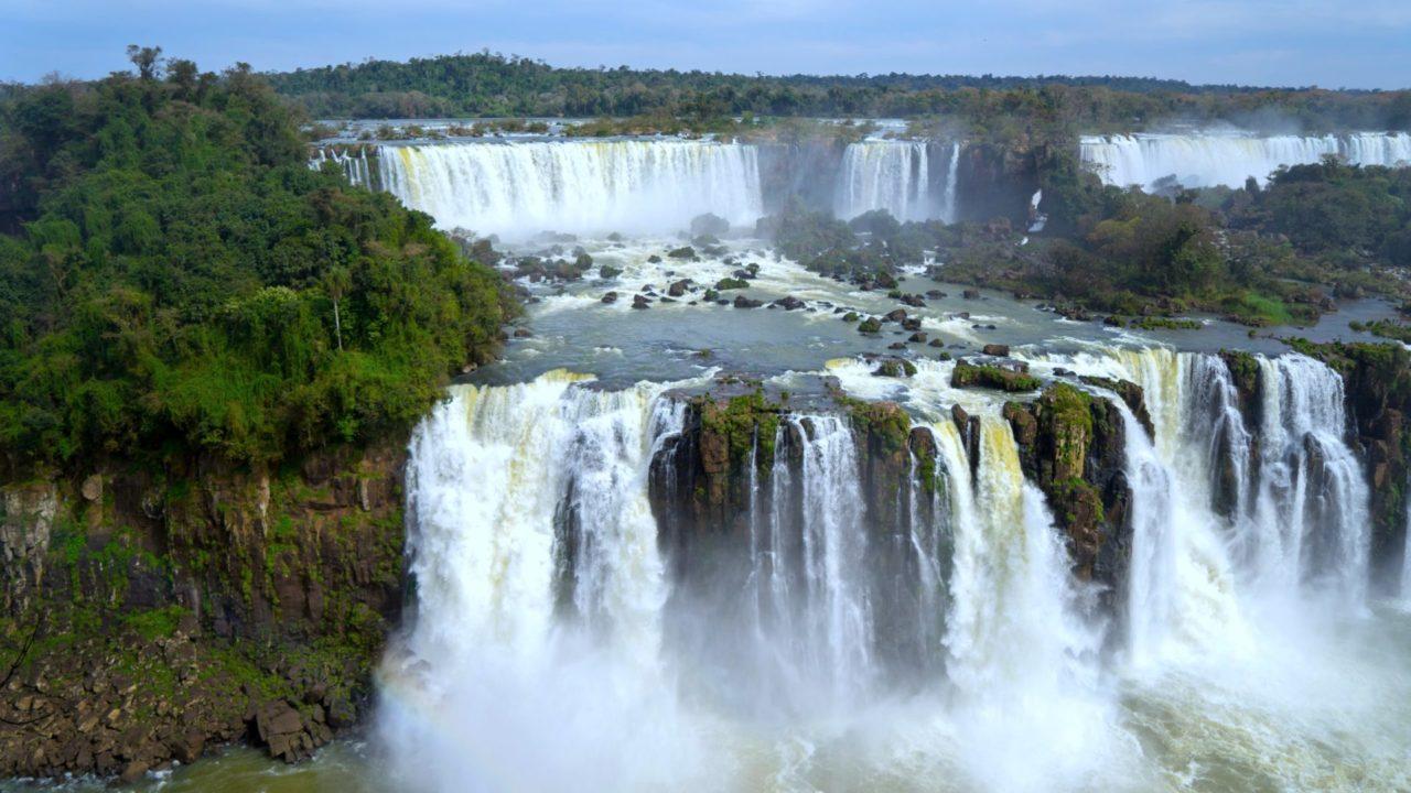Ein breiter Wasserfall umgeben von Wald