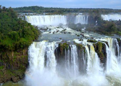 Ein mächtiger Wasserfall umgeben von Wald