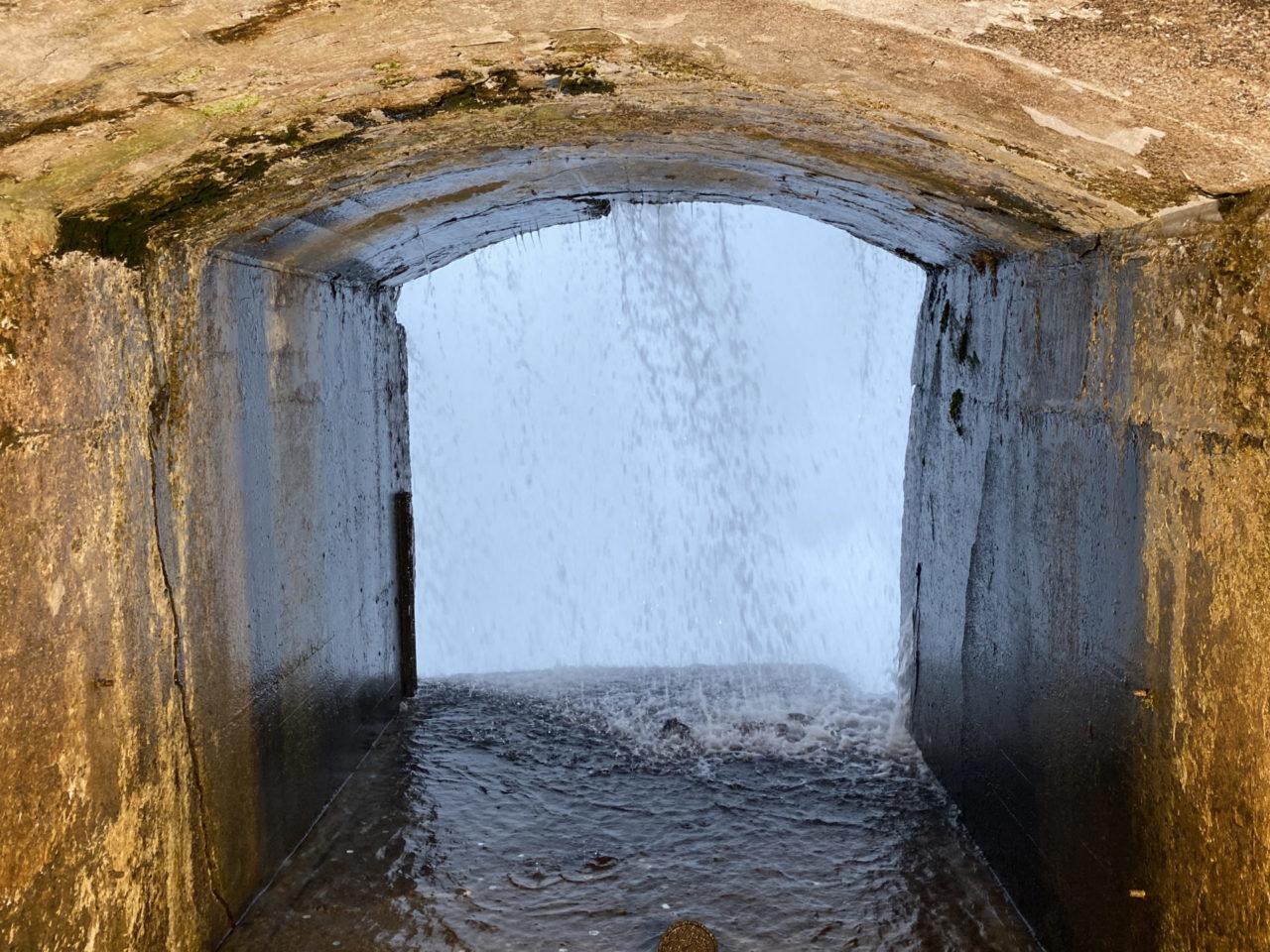 Tunnel mit Blick auf Wasserfall