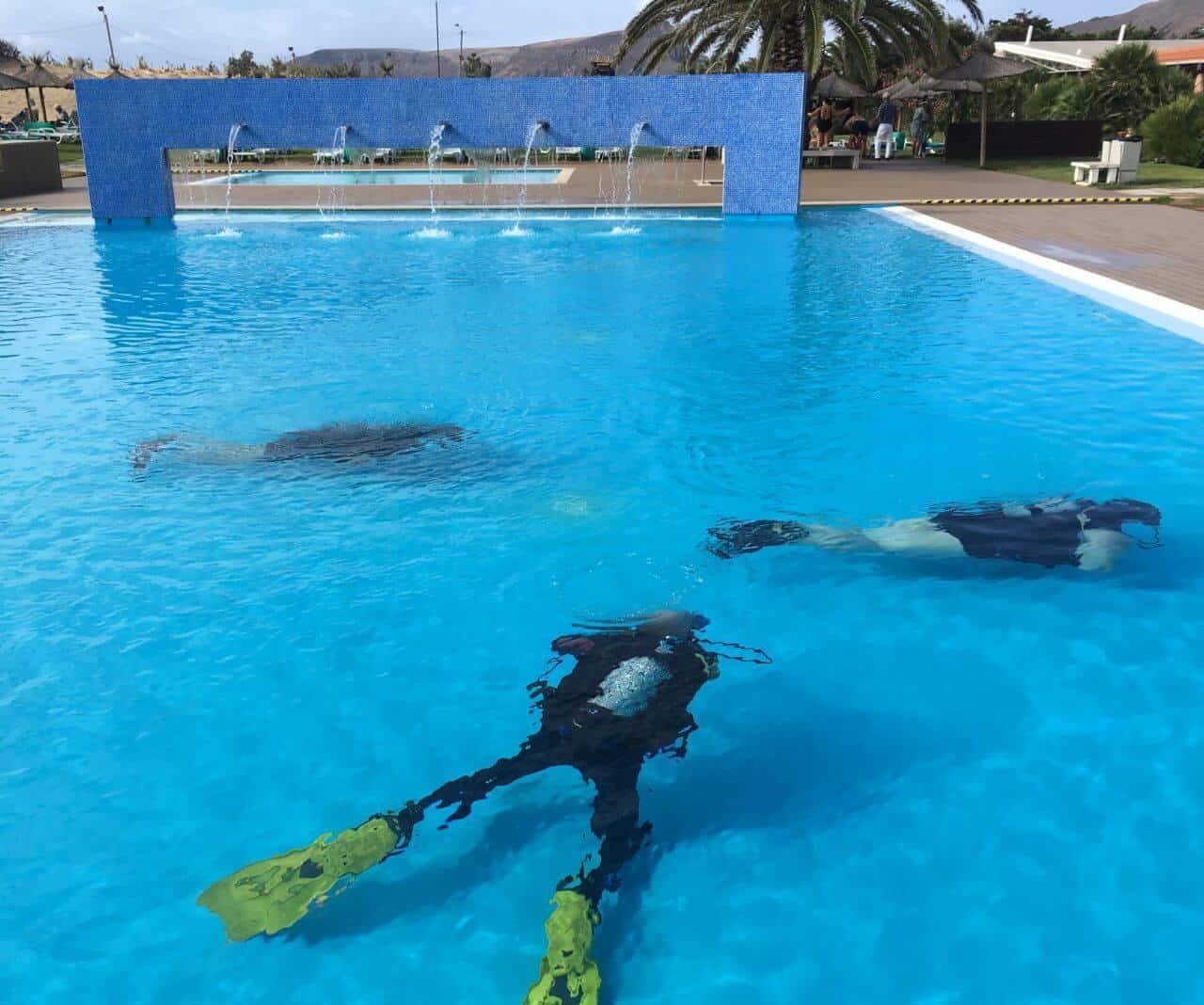 Taucher im Pool