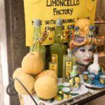 Zitronen, Limoncello Likör, Kelche und Keramikgläser