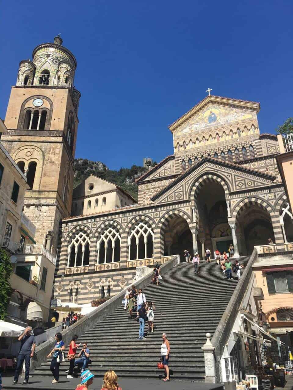 Kirche mit steiler Treppe und Menschen