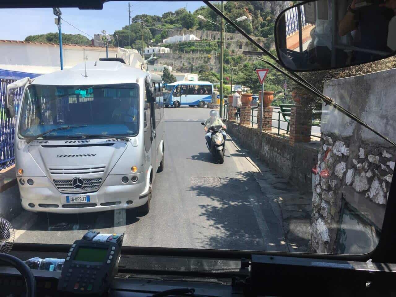 Bus und Motorroller auf Straße