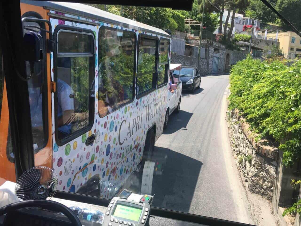 Straße mit zwei Bussen