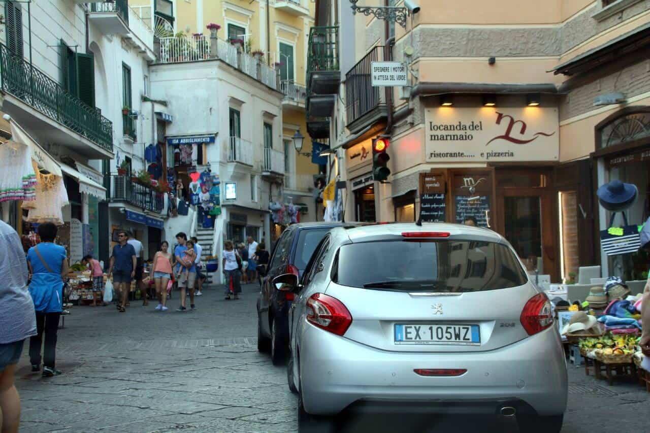 Autos, Fußgänger und Häuser