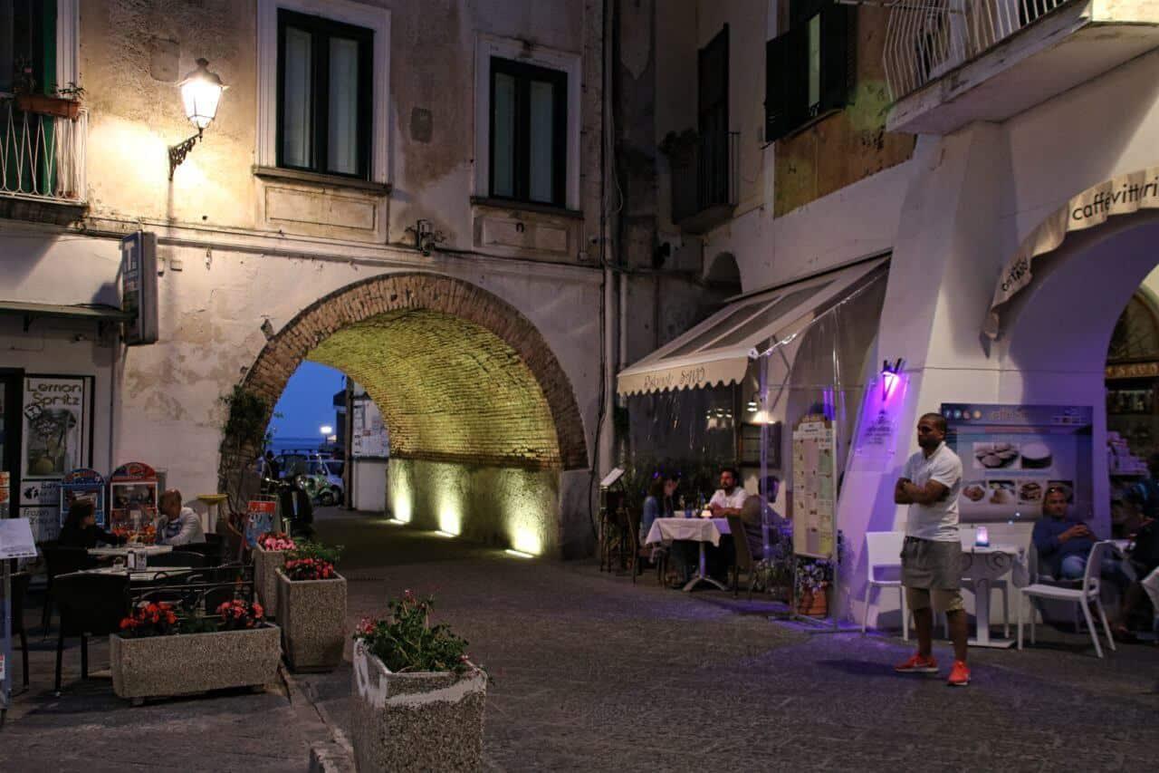 Straße mit Restaurants und Menschen