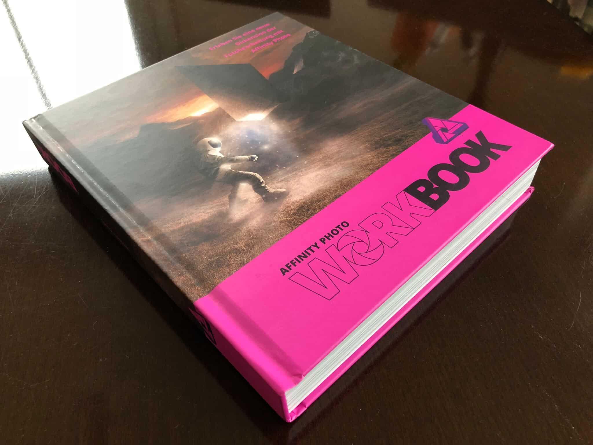 Buch auf Tisch