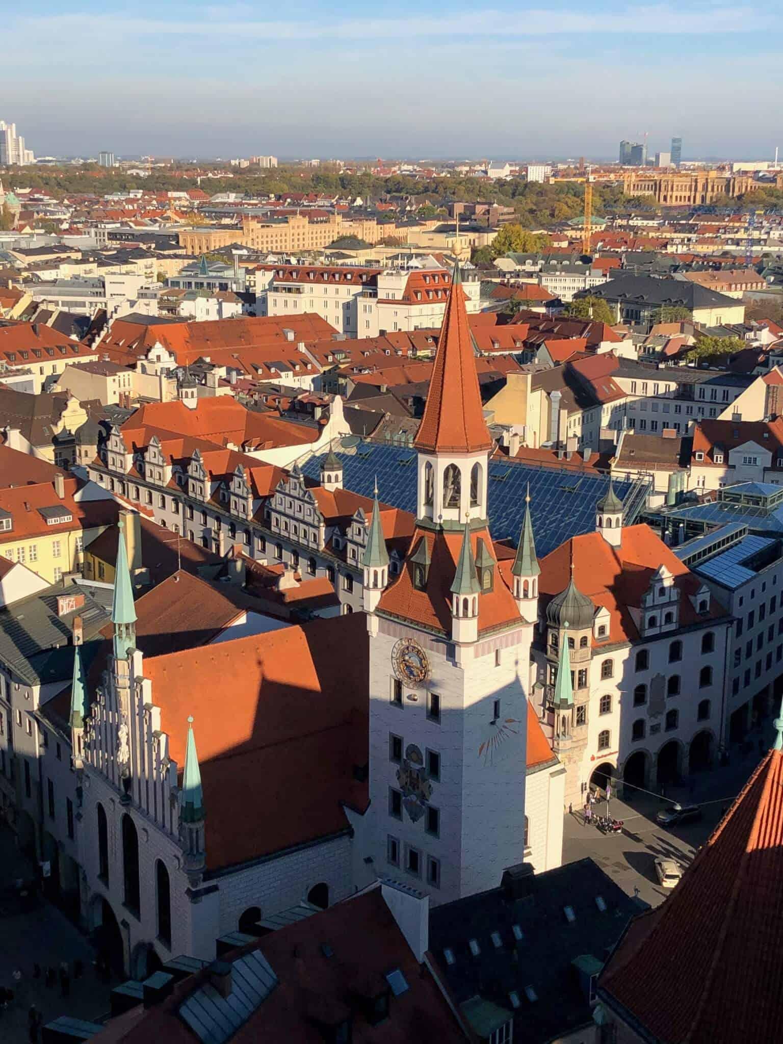 Turm und Häuser von oben