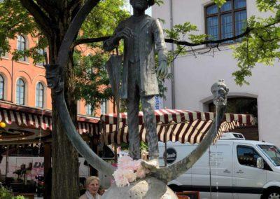 Brunnen mit Statue und Baum