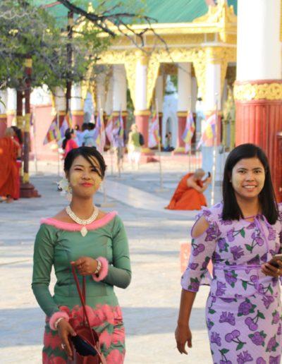 Zwei mit Thanaka geschminkte Burmesinnen