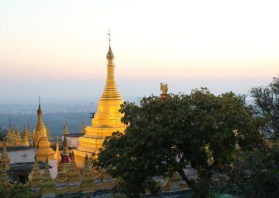 Eine Pagode auf dem Mandalay Hill zum Sonnenuntergang