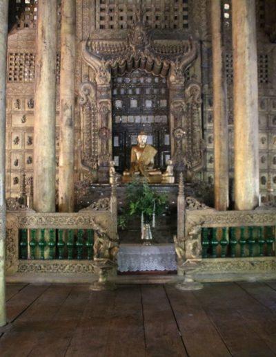 Goldene Säulen mit Buddha