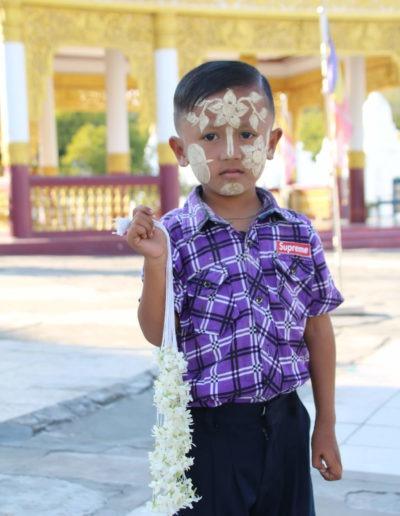 Ein kleiner Junge mit Thanaka Bemalung