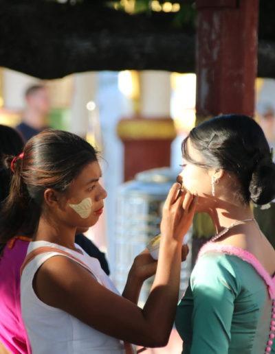 Zwei Burmesinnen, die sich gerade schminken