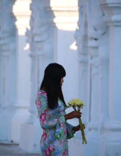 Eine junge Frau gedankenverloren mit frischen Blumen