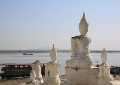 Sitzende Statuen, Boot und Fuss