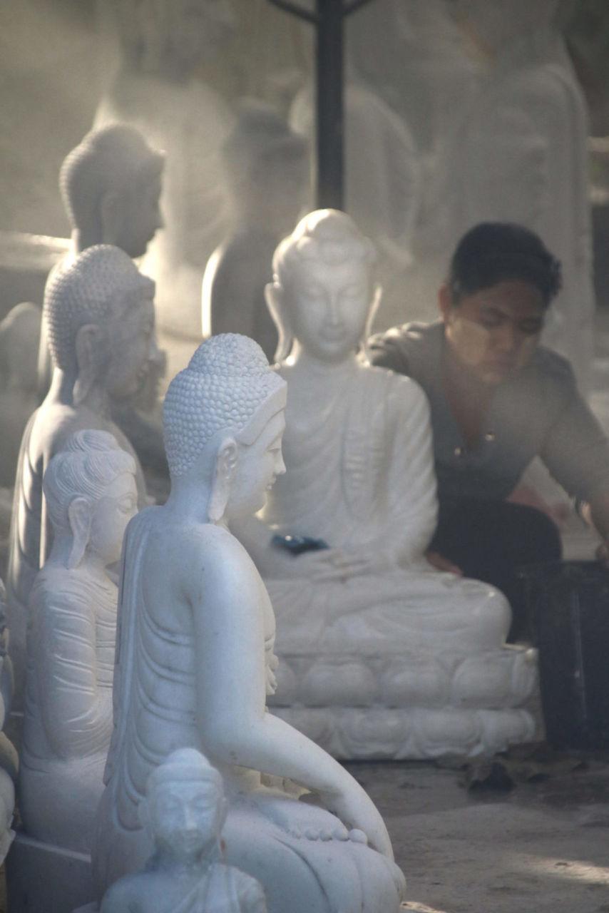 Weiße Buddhafiguren Mensch