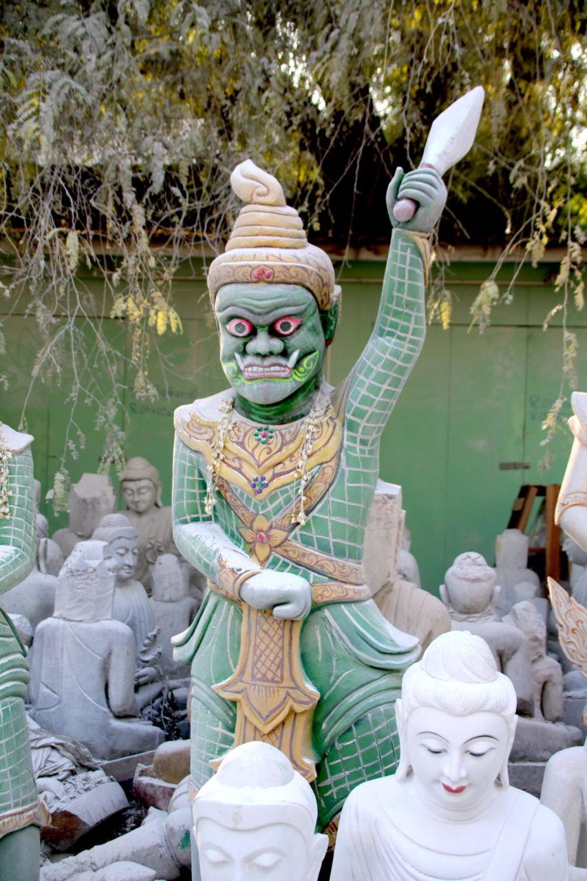 Grüne Krieger Figur weiße Buddhafiguren