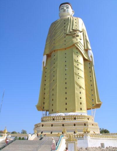 Große Buddhastatue vor blauem Himmel