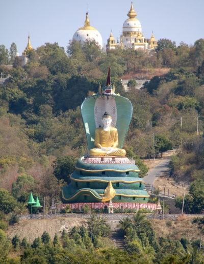 Buddha Statue mit Bäumen und Strasse
