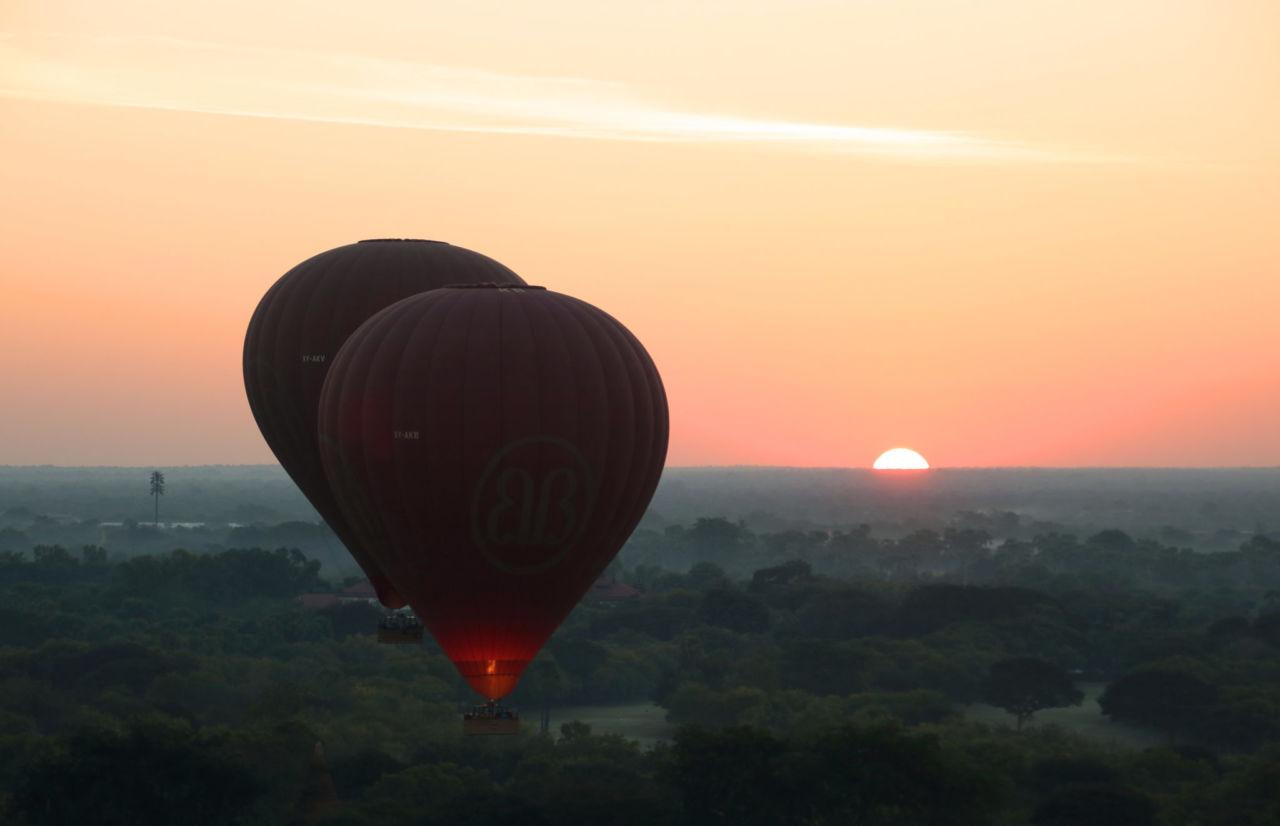 Zwei Heißluftballone vor Sonnenaufgang