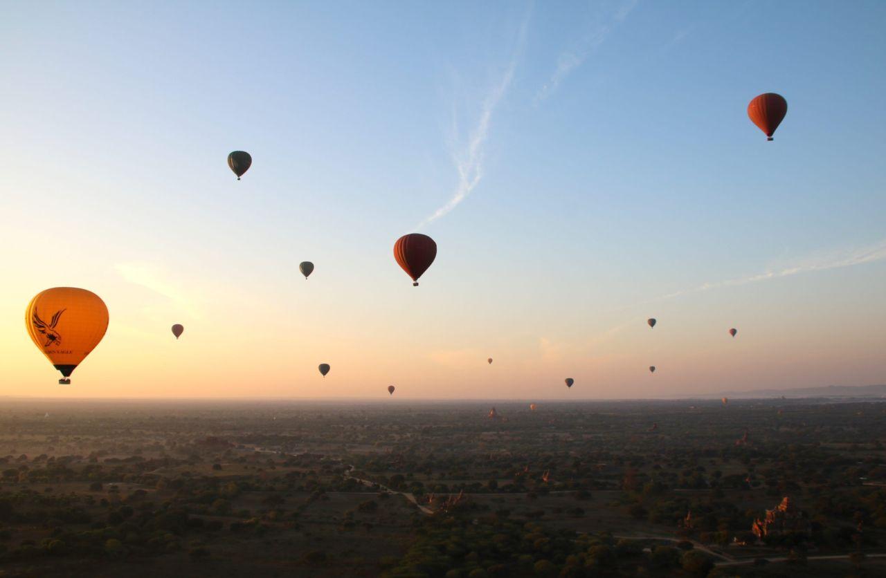 15 Heißluftballone über einem Pagodenfeld