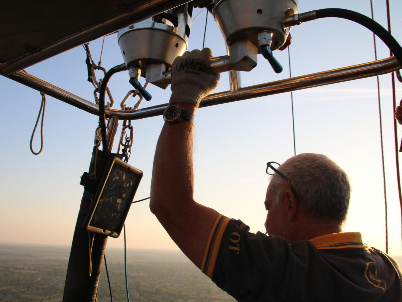 Mann steuert Heißluftballon