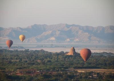 Ballone, Pagode und Gebirge