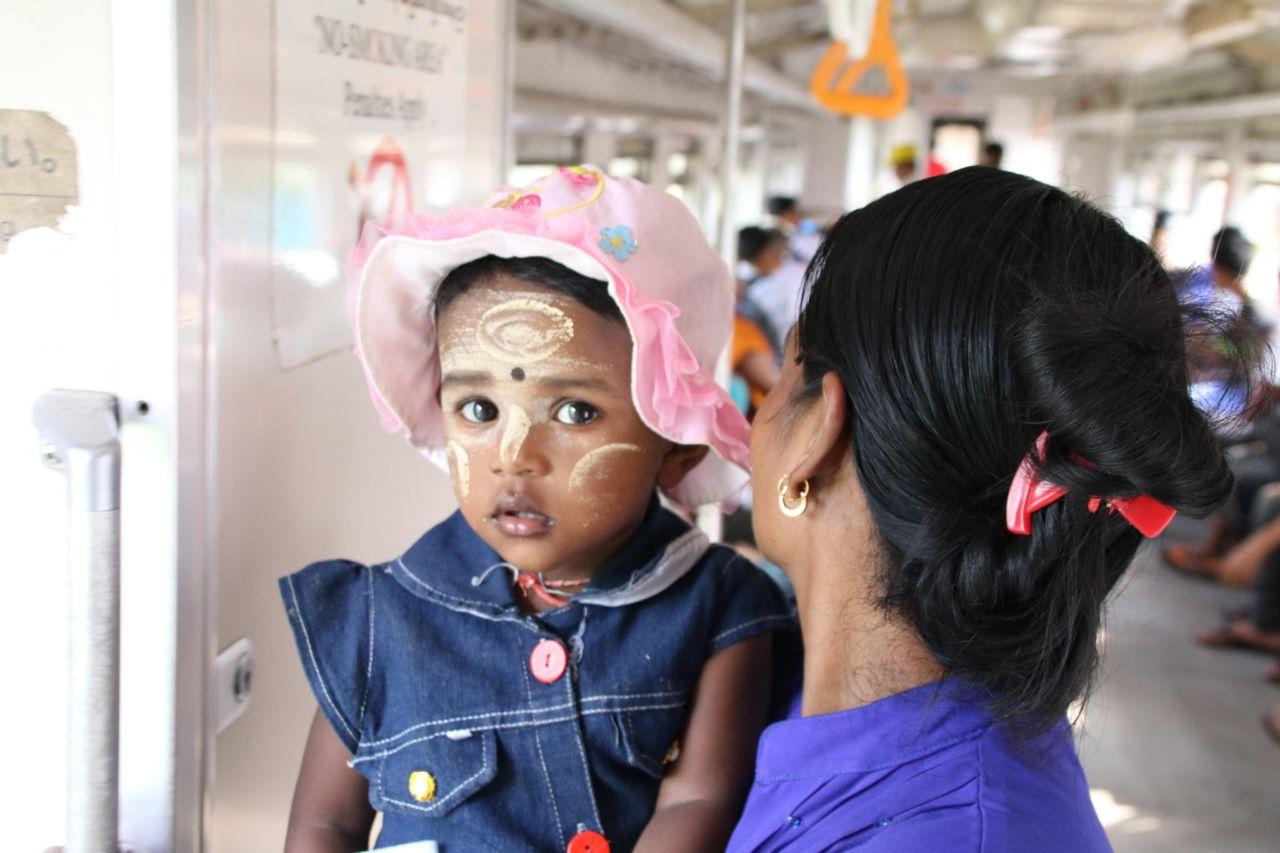 Mutter und Kind im Zug