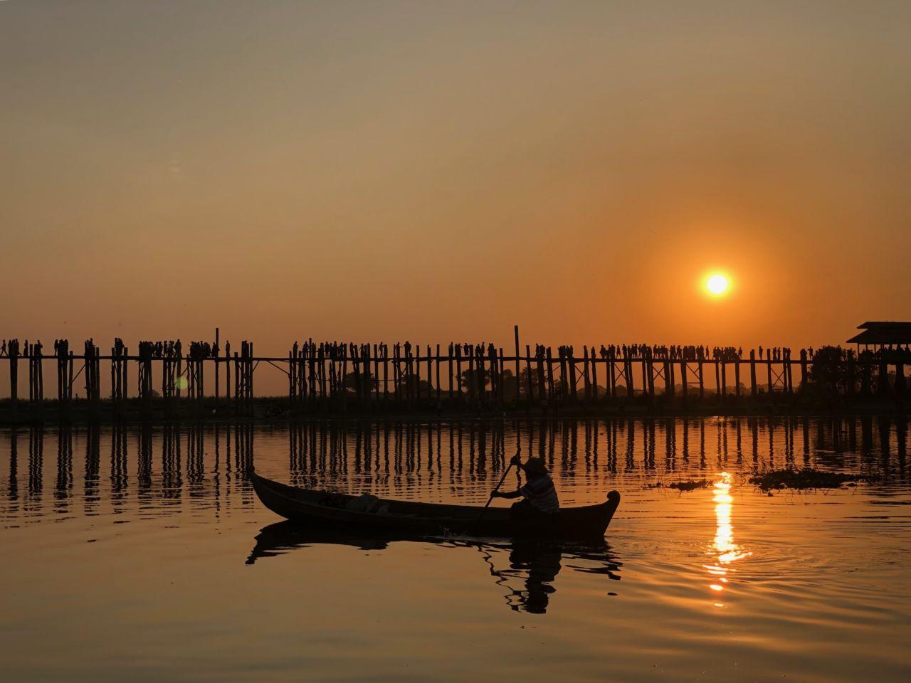 Boot mit Mensch vor Brücke