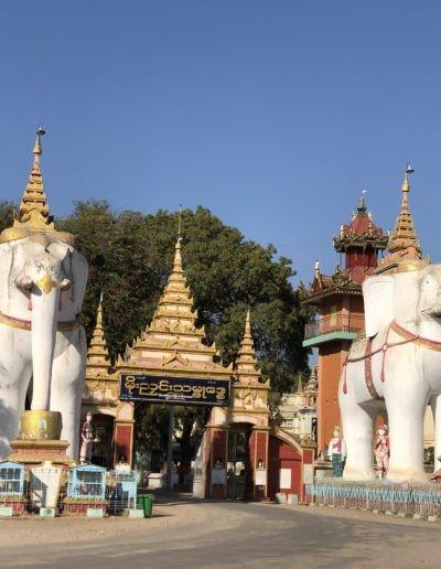 Zwei weiße Elefanten Statuen mit Bäumen
