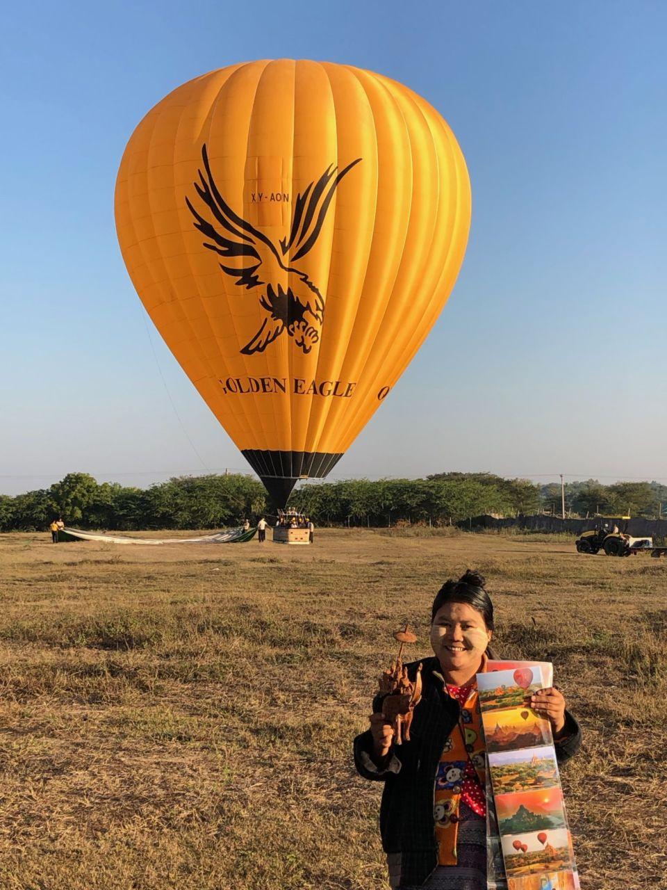 Gelber Heißluftballon und Verkäuferin