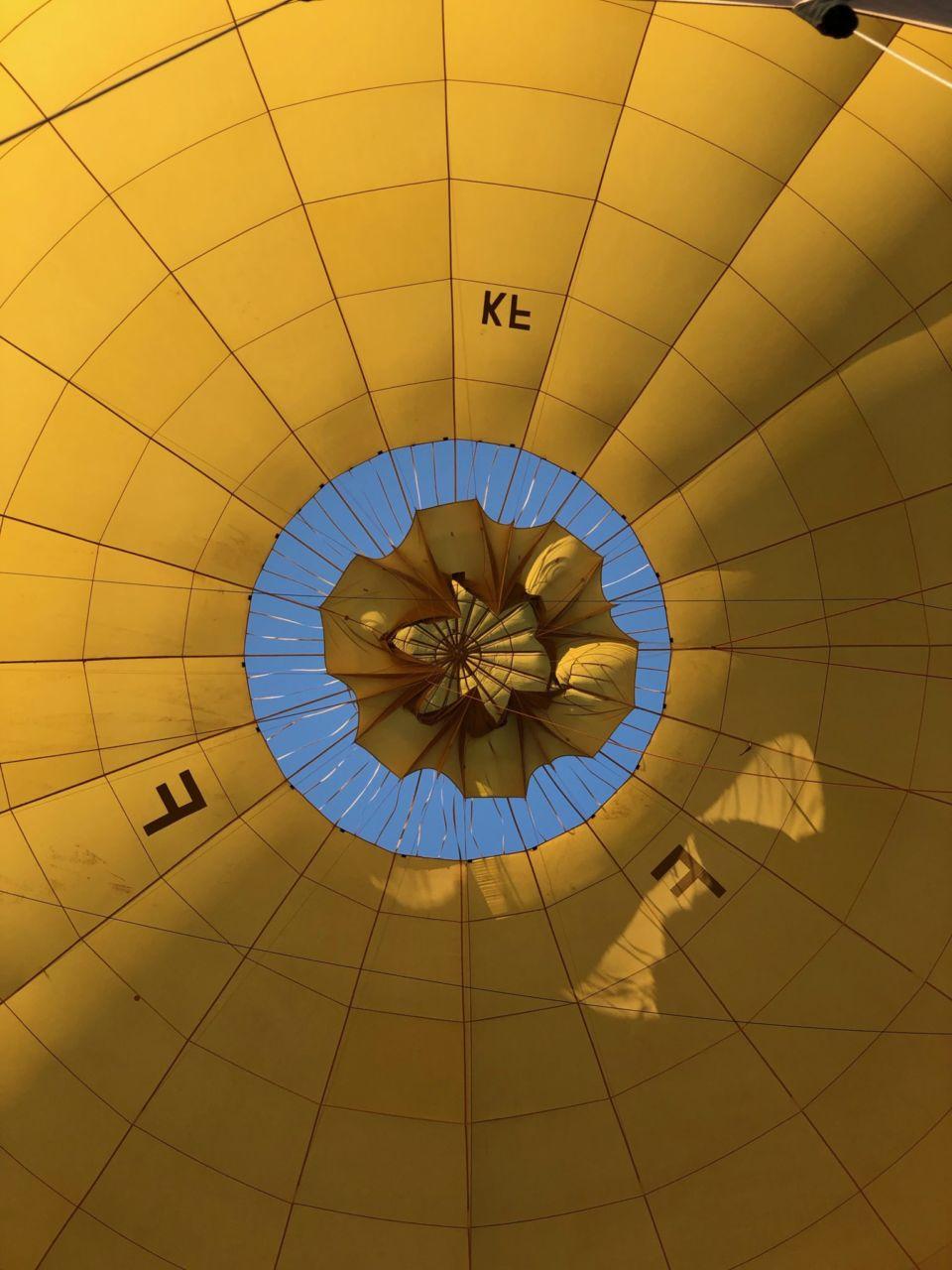 Gelber Ballon mit geöffnetem Segel