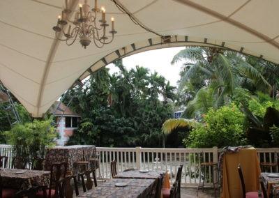 Tisch mit Zeltdach und Palmen