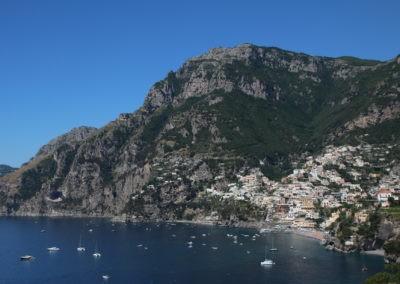 Dorf im Gebirge am Meer