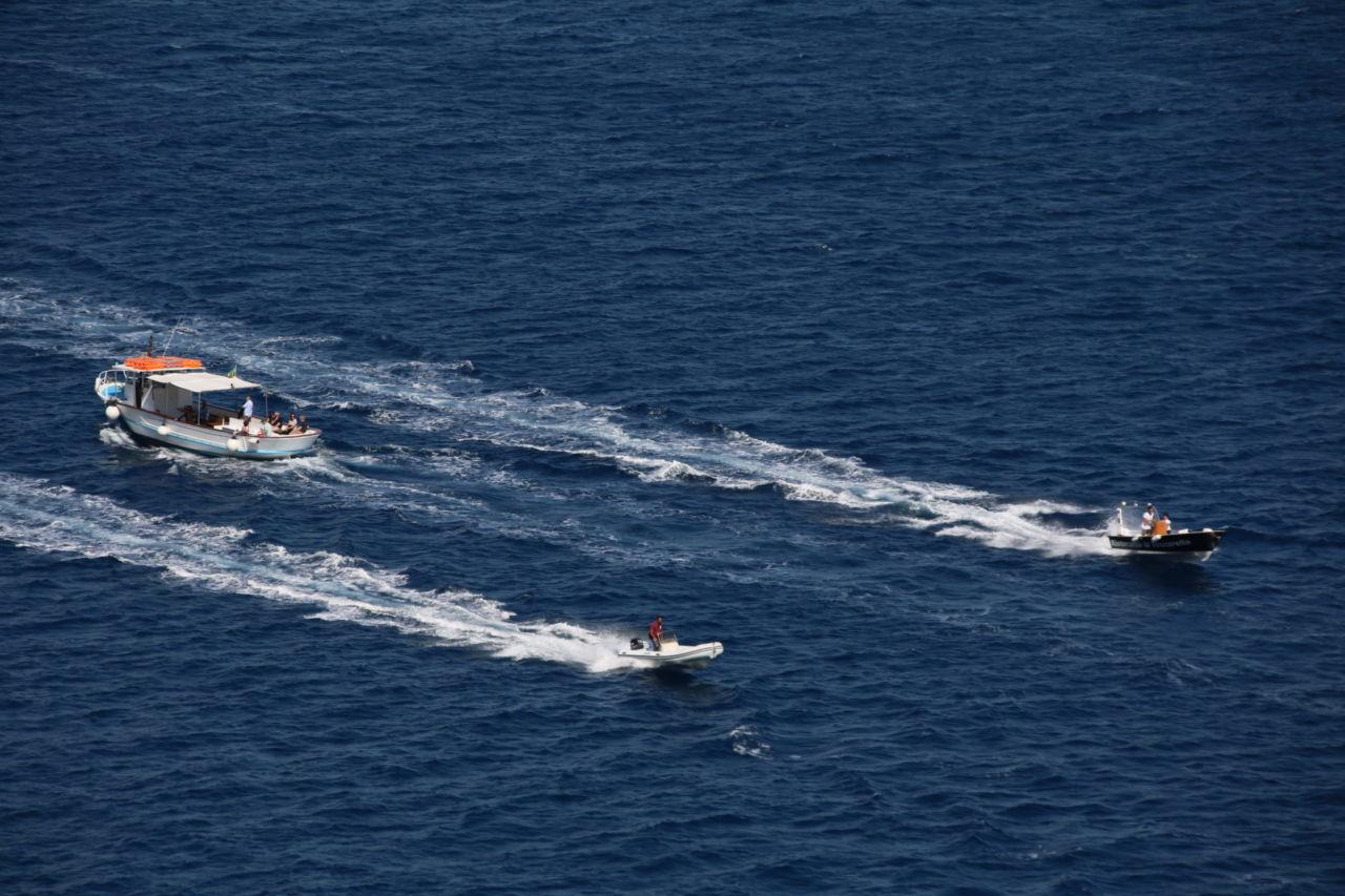 Drei Boote auf dem Meer