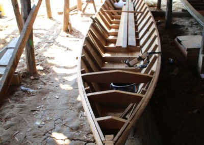 Ein Holzboot auf dem Boden